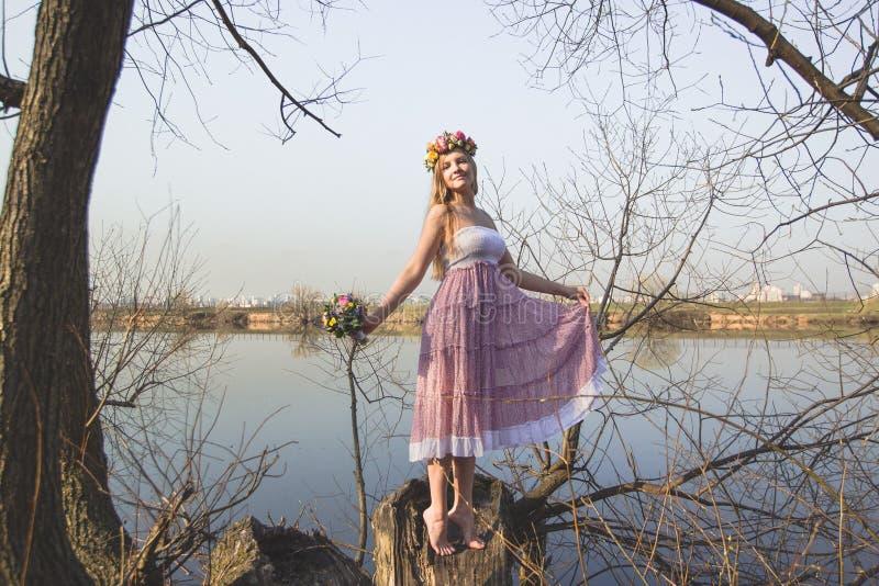 Muchacha en el banco del lago imagenes de archivo