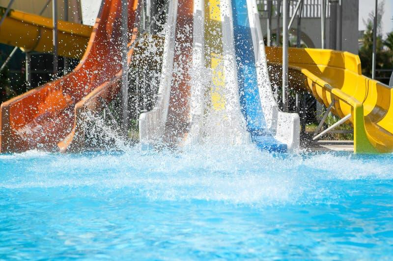 Muchacha en el bikini que resbala el parque del agua imagenes de archivo