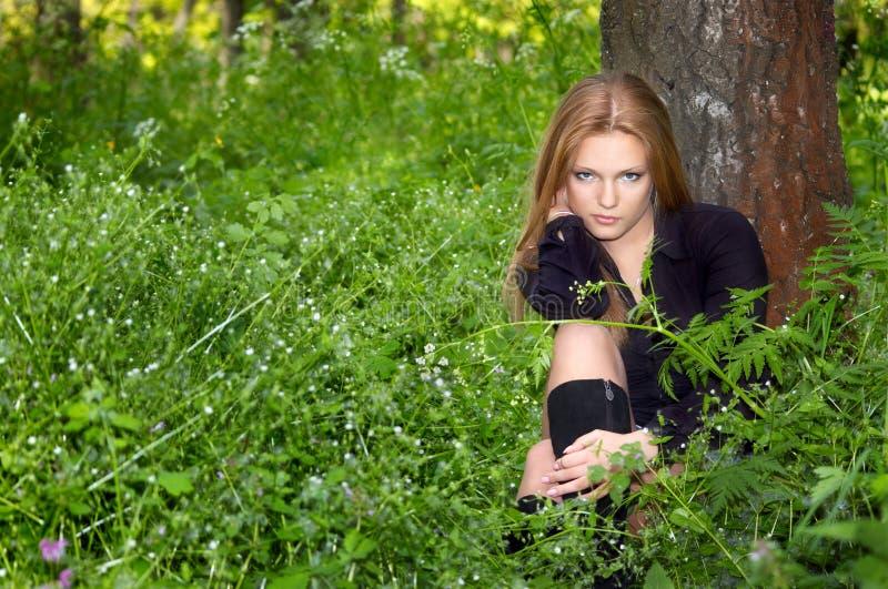 Muchacha en el bosque del resorte foto de archivo libre de regalías