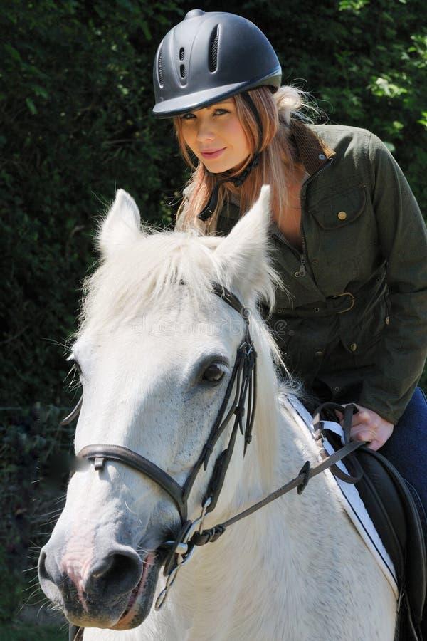 Muchacha en el caballo blanco fotografía de archivo libre de regalías