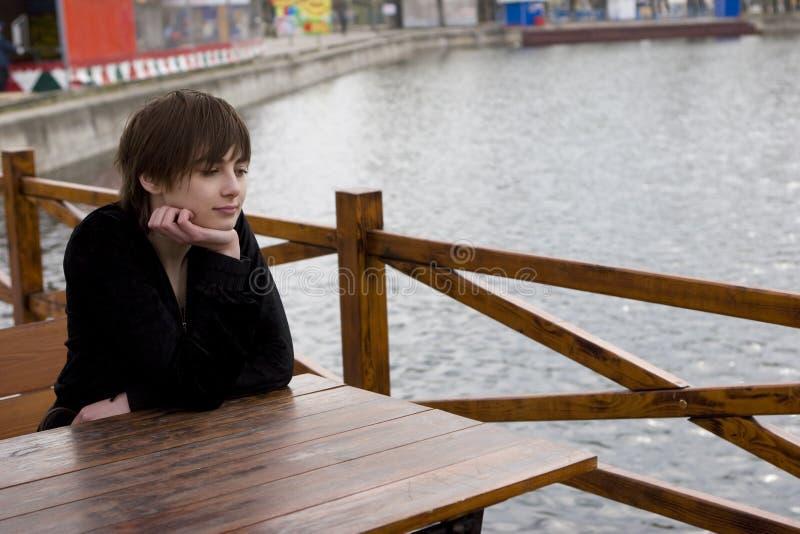 Muchacha en el café al aire libre fotografía de archivo
