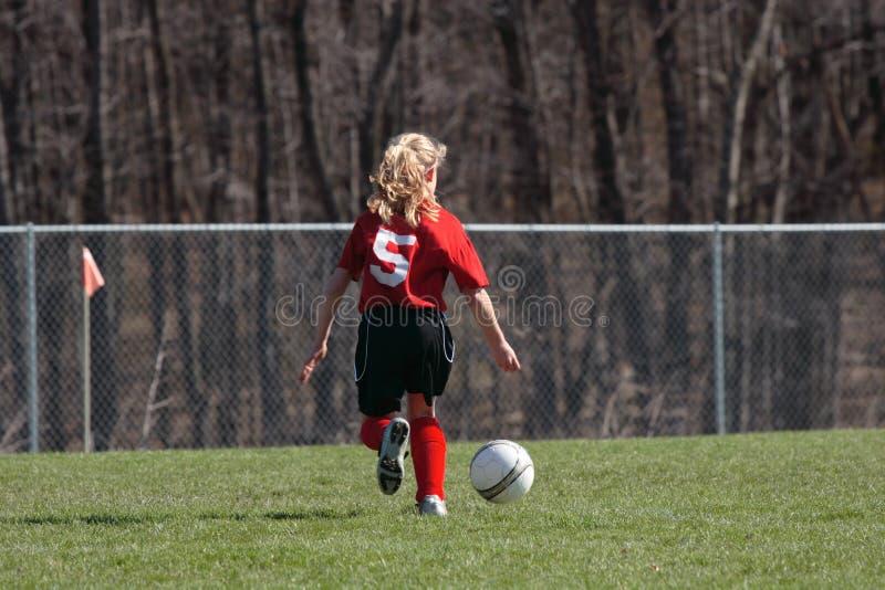 Muchacha en el campo de fútbol 12 fotografía de archivo libre de regalías