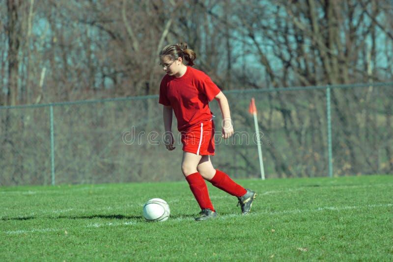 Muchacha en el campo de fútbol 13B foto de archivo