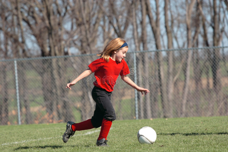 Muchacha en el campo de fútbol 18 imagenes de archivo