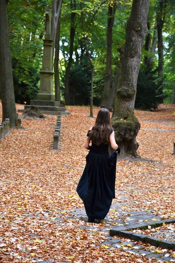 Muchacha en el cementerio del bosque fotos de archivo libres de regalías