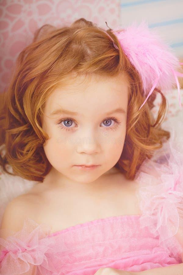 Muchacha en el cuarto de niños en alineadas rosadas fotos de archivo libres de regalías