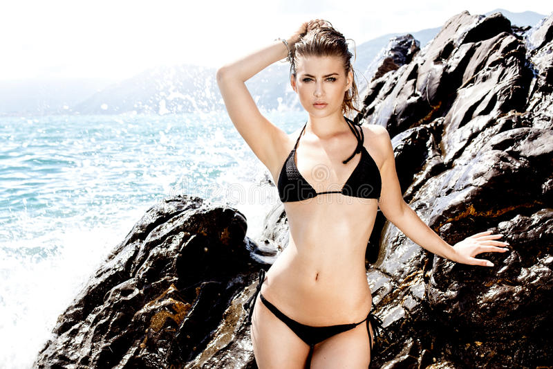 Muchacha en el día soleado en bikini imagen de archivo libre de regalías