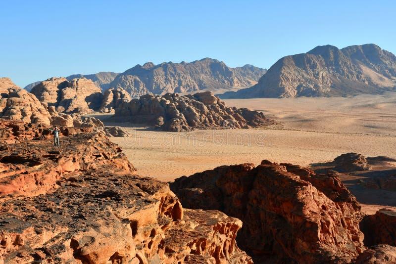 Muchacha en el desierto Wadi Rum durante puesta del sol imagenes de archivo