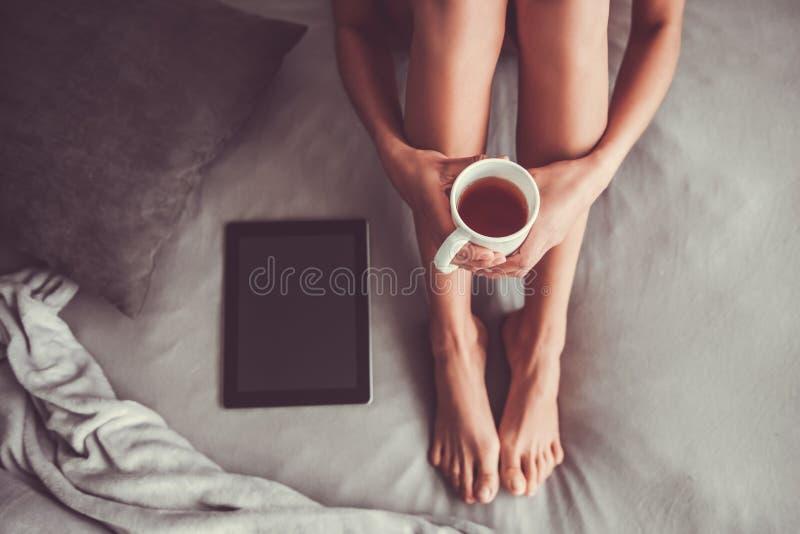 Muchacha en el dormitorio imagen de archivo