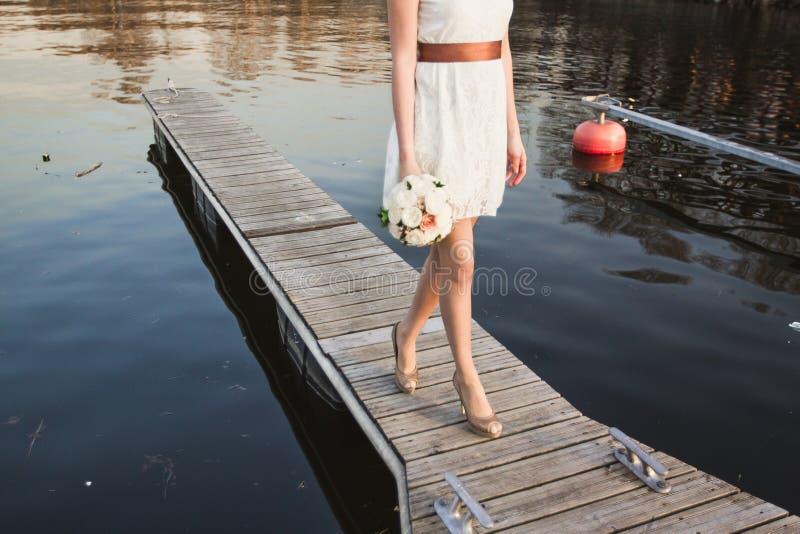 Muchacha en el embarcadero en el lago fotos de archivo