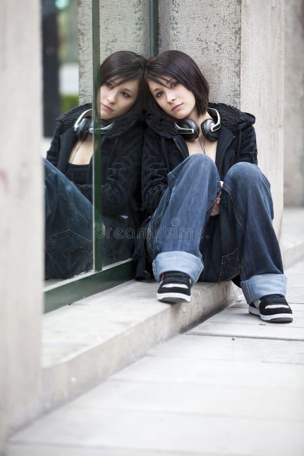 Muchacha en el espejo imagenes de archivo