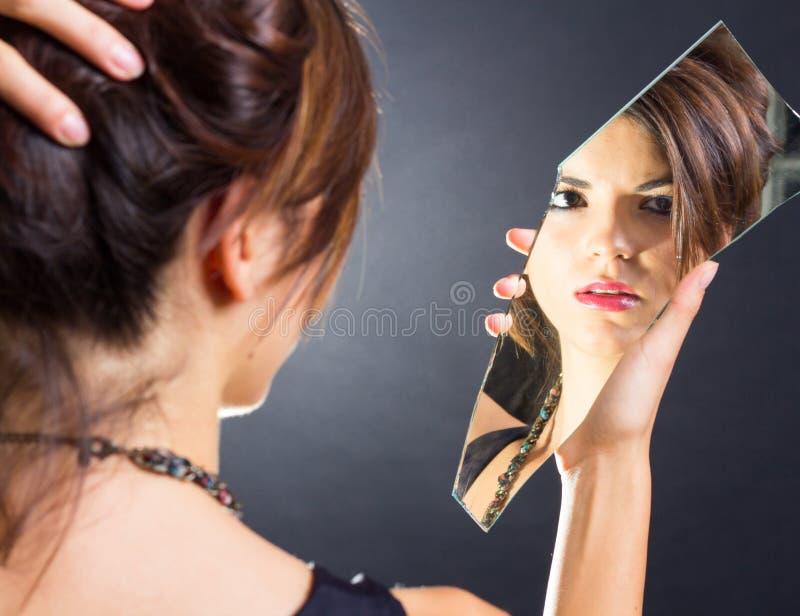 Muchacha en el espejo imagen de archivo libre de regalías