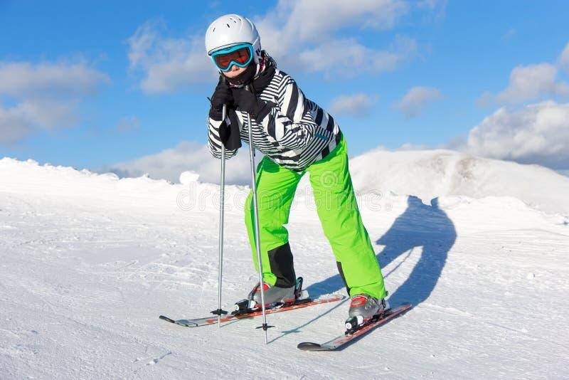 Muchacha en el esquí foto de archivo libre de regalías