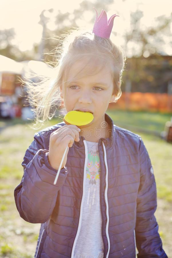 Muchacha en el fayre de la calle foto de archivo libre de regalías