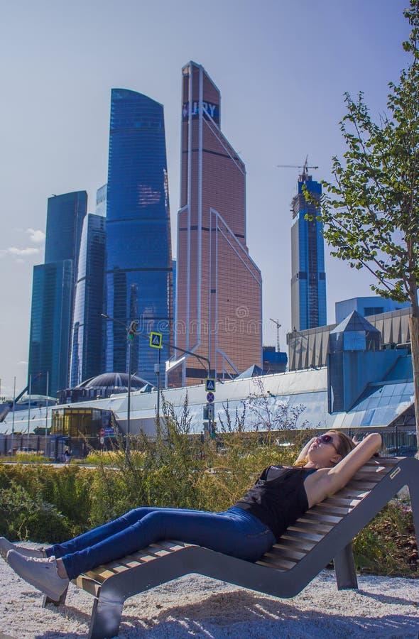 Muchacha en el fondo de la ciudad de Moscú del centro de negocios fotografía de archivo libre de regalías