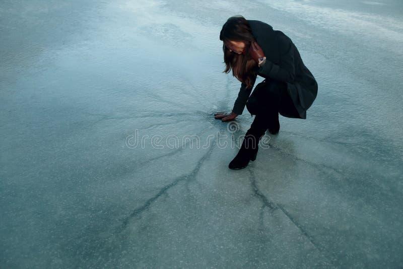 Muchacha en el hielo foto de archivo libre de regalías