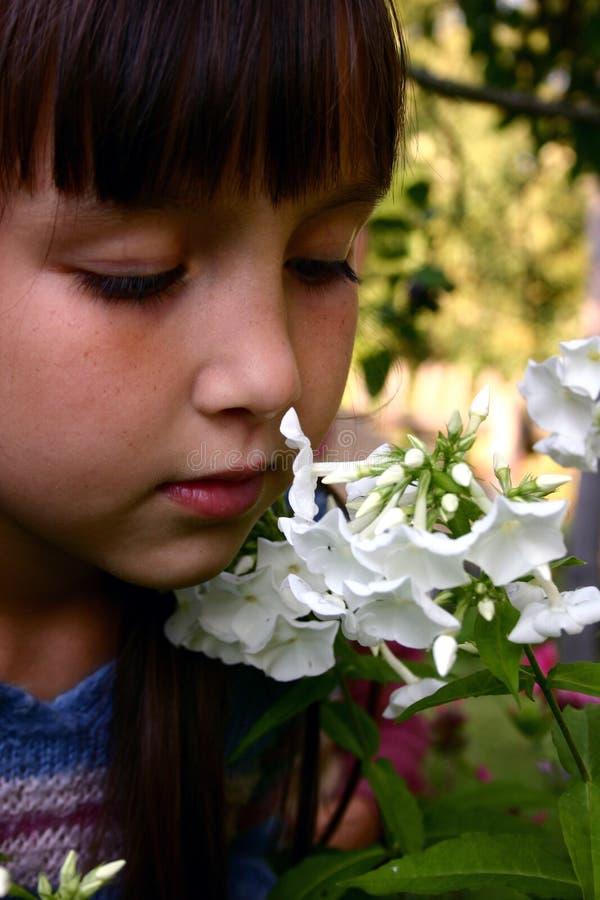 Muchacha en el jardín fotografía de archivo