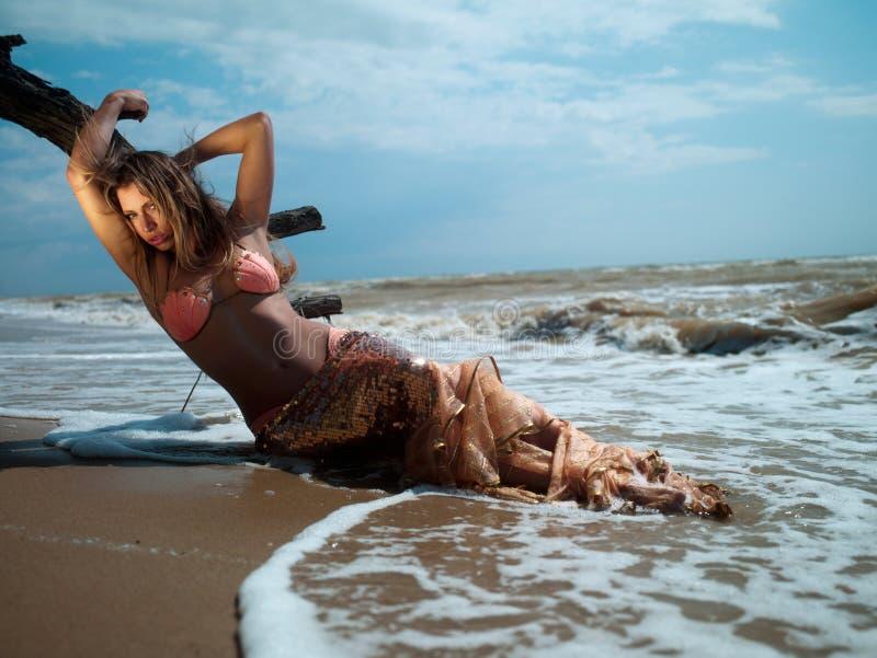 Muchacha en el mar imagen de archivo