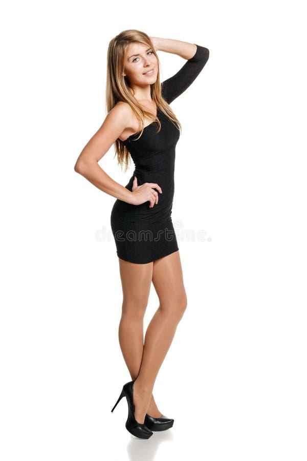 Muchacha en mini vestido negro en integral fotografía de archivo