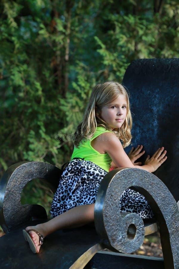 Muchacha en el parque imagenes de archivo