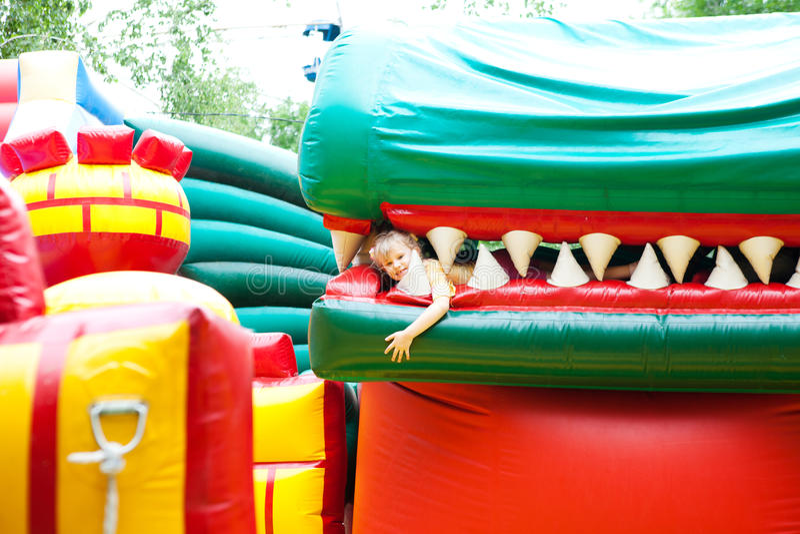 Muchacha en el parque inflable del entretenimiento fotografía de archivo libre de regalías
