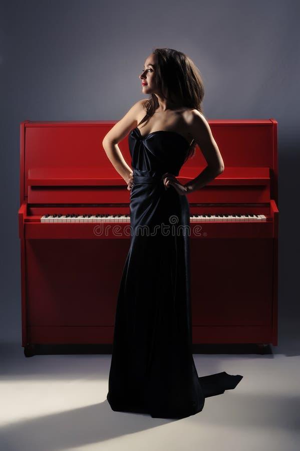 Muchacha en el piano fotos de archivo libres de regalías