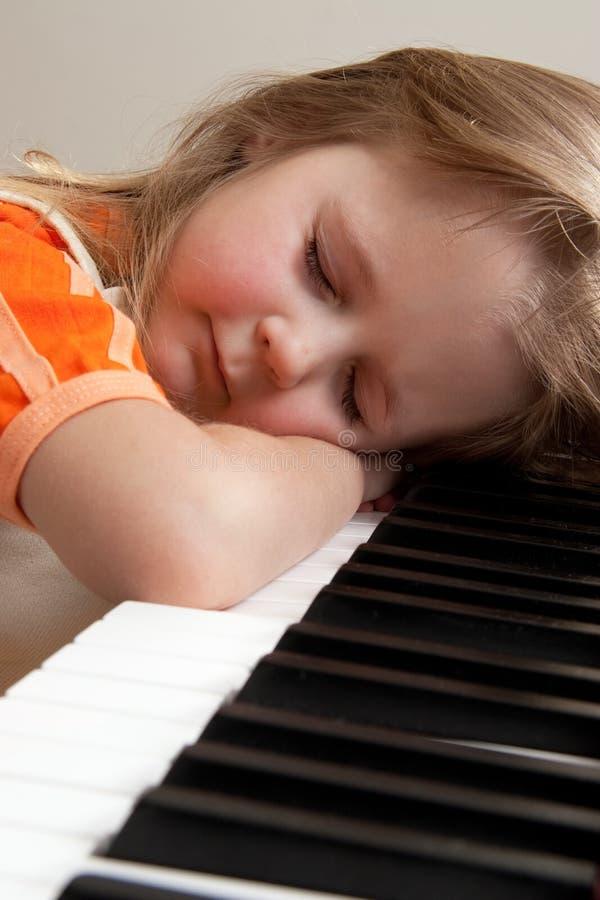 Muchacha en el piano fotos de archivo