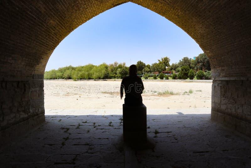 Muchacha en el puente de Irán Isfahán 33 fotografía de archivo