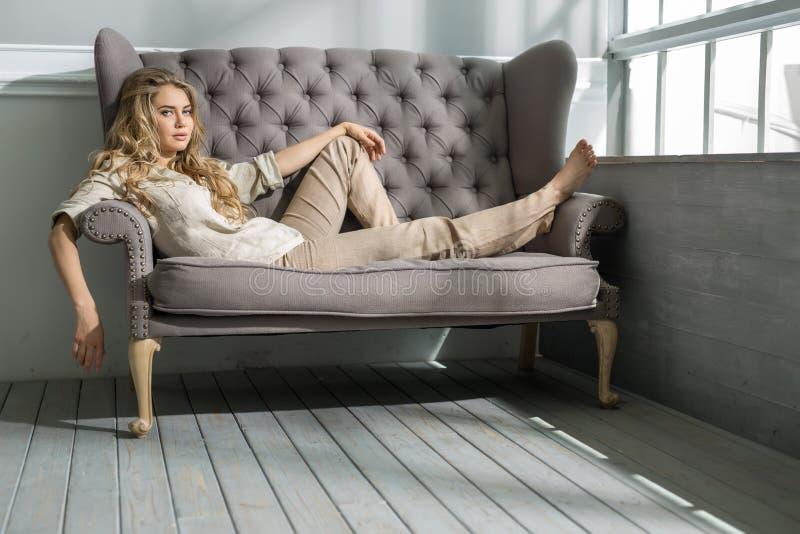 Muchacha en el sofá imagen de archivo libre de regalías