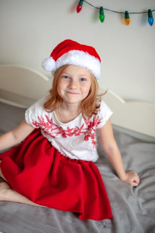 Muchacha en el sombrero de Papá Noel fotos de archivo