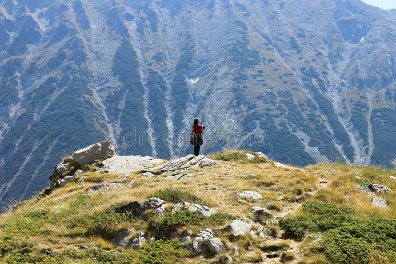 Muchacha en el top de la colina foto de archivo libre de regalías