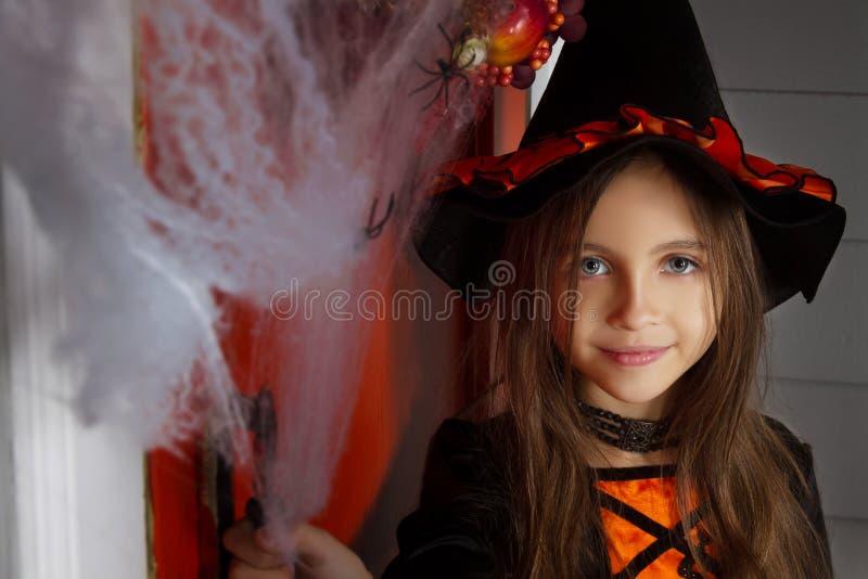 Muchacha en el traje de Halloween y web de araña fotografía de archivo