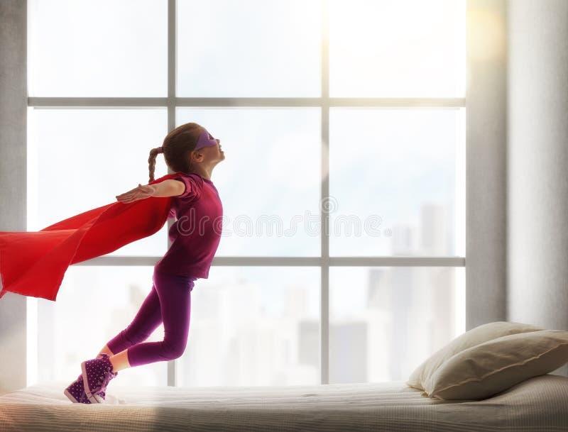Muchacha en el traje de un superhombre fotografía de archivo libre de regalías