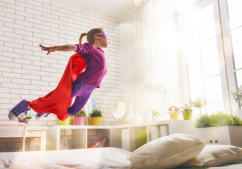 Muchacha en el traje del super héroe imagenes de archivo