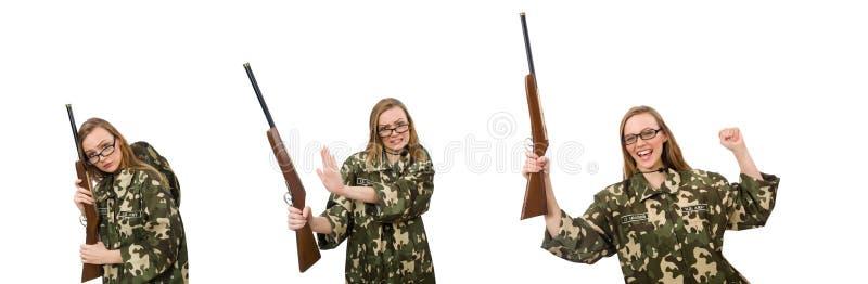 Muchacha en el uniforme militar que sostiene el arma aislado en blanco imagen de archivo