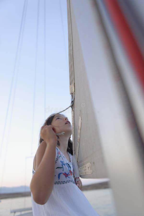 Muchacha en el velero fotografía de archivo