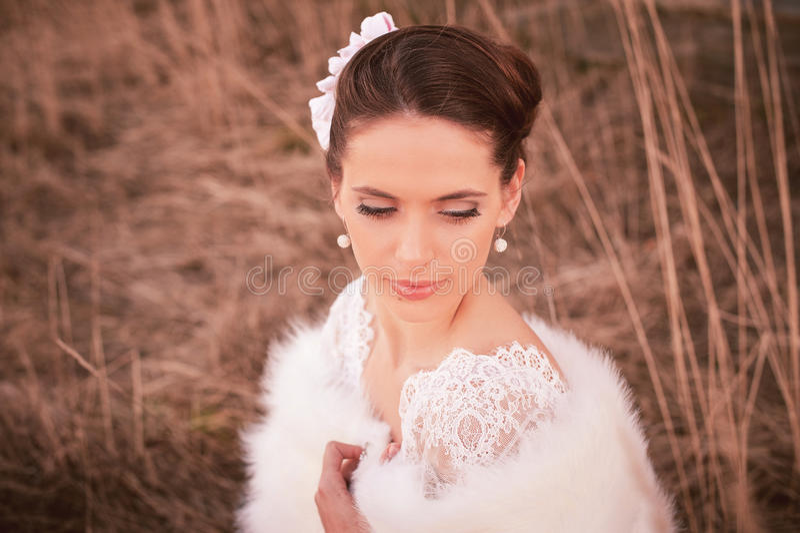 Muchacha en el vestido blanco Novia en el parque Foto en estilo del vintage misterio imagenes de archivo
