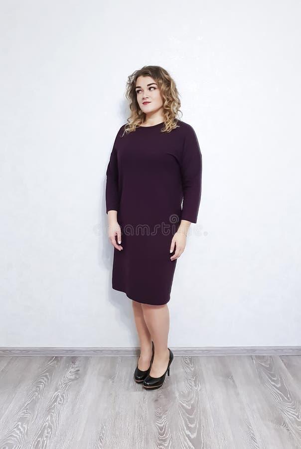Muchacha en el vestido, estilo positivo hermoso del pelo rizado imagenes de archivo