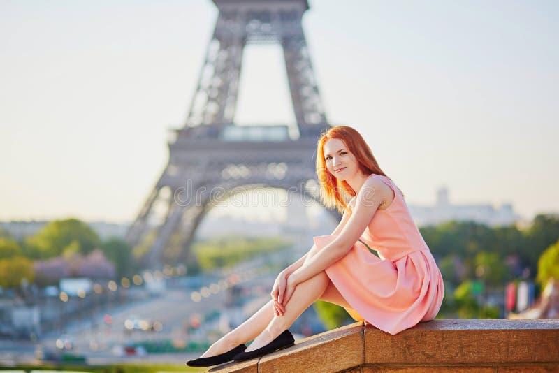 Muchacha en el vestido rosado cerca de la torre Eiffel, París fotografía de archivo libre de regalías