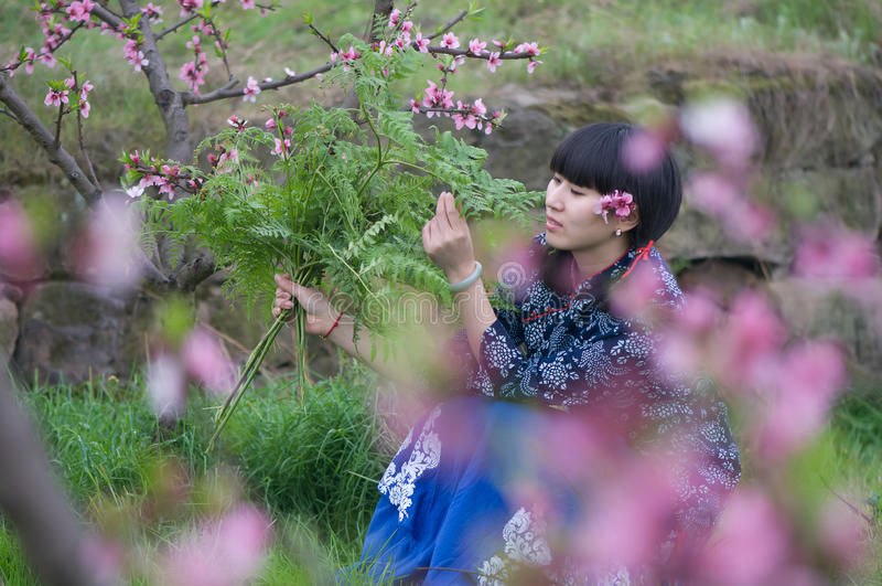 Muchacha en flor del melocotón imagen de archivo libre de regalías