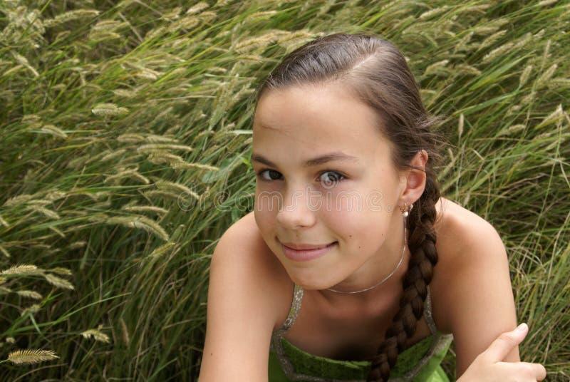 Muchacha en fondo de la hierba fotos de archivo