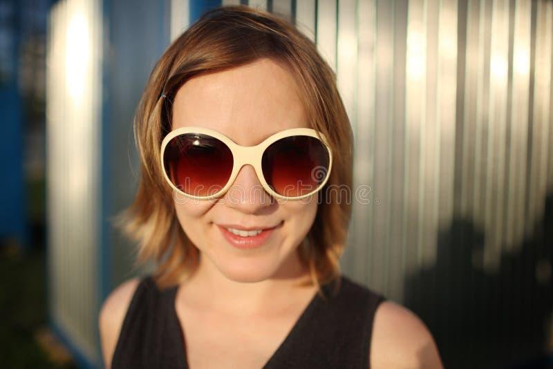 Muchacha en gafas de sol fotografía de archivo