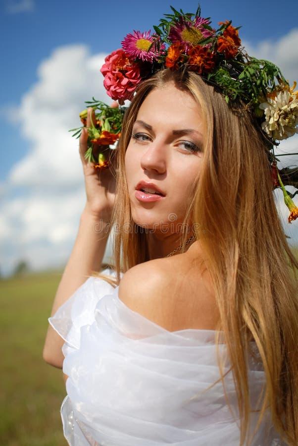 Muchacha en guirnalda de la flor con el hombro desnudo encendido imágenes de archivo libres de regalías