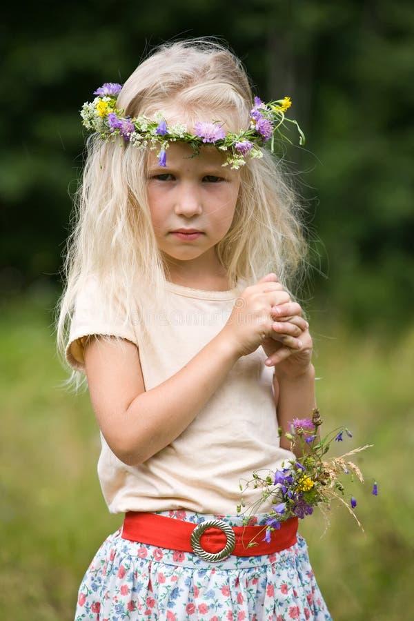 Muchacha en guirnalda de las flores salvajes imágenes de archivo libres de regalías