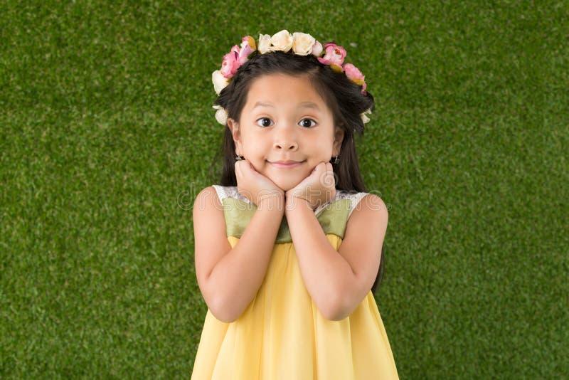 Muchacha en guirnalda floral fotografía de archivo libre de regalías