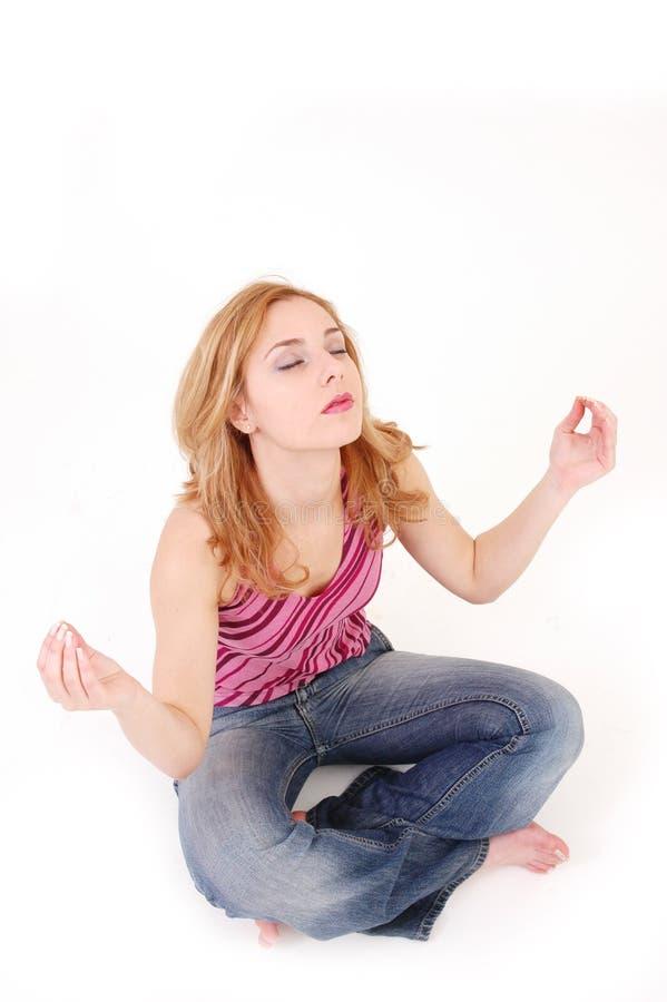 Muchacha en la actitud 5 de la meditación imagen de archivo