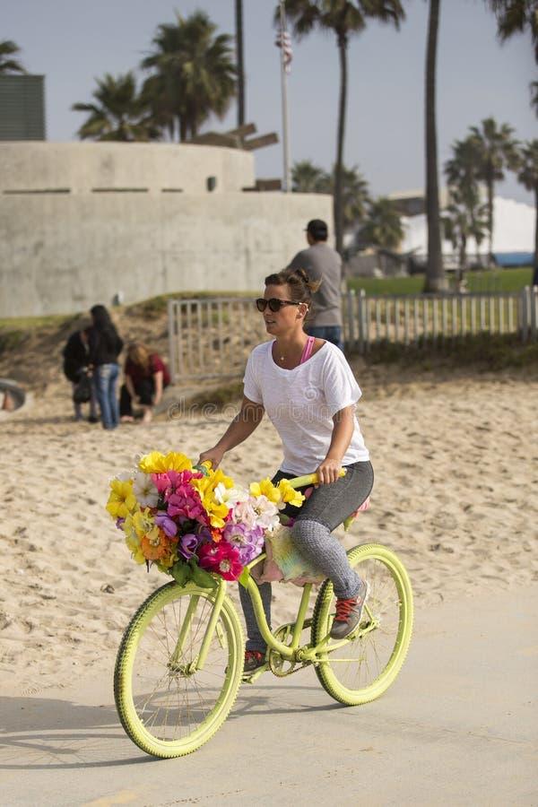 Muchacha en la bicicleta. fotos de archivo
