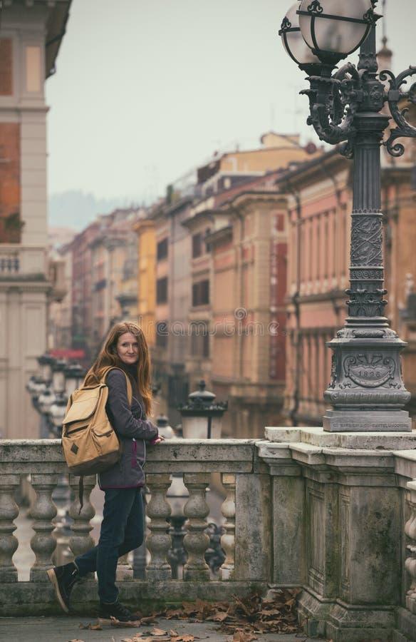 Muchacha en la calle de Bolonia imágenes de archivo libres de regalías