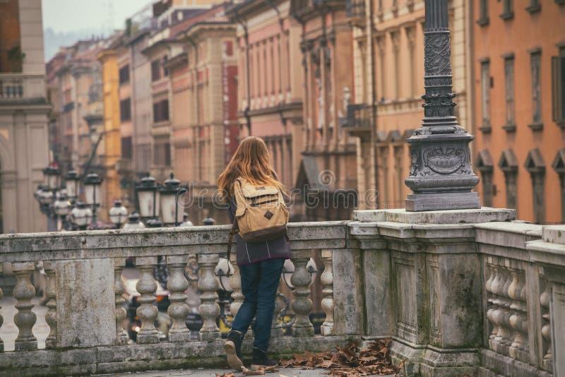 Muchacha en la calle de Bolonia foto de archivo