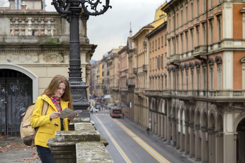Muchacha en la calle de Bolonia fotografía de archivo